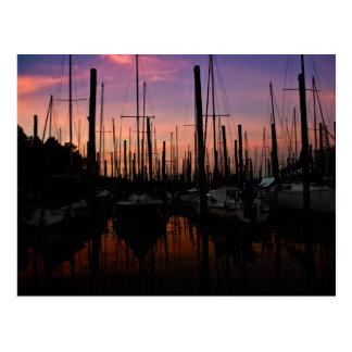 Puerto deportivo en la puesta del sol postal