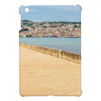 Puerto griego Argostoli de la ciudad con el camino