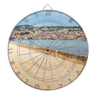 Puerto griego Argostoli de la ciudad con el camino Diana