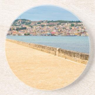 Puerto griego Argostoli de la ciudad con el camino Posavasos De Arenisca