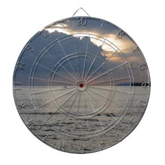Puesta del sol caliente del mar con el buque de diana