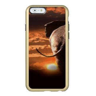 Puesta del sol con el elefante funda para iPhone 6 plus incipio feather shine