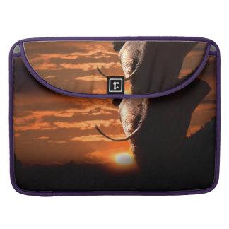 Puesta del sol con el elefante funda para MacBook pro