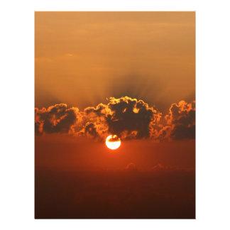 Puesta del sol con las nubes folleto 21,6 x 28 cm