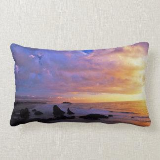 Puesta del sol costera en la almohada de la madera