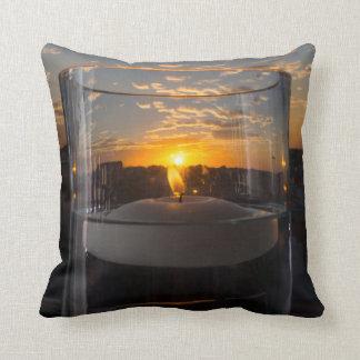 Puesta del sol de la luz de una vela cojín decorativo