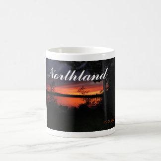 Puesta del sol de la tierra del norte taza de café