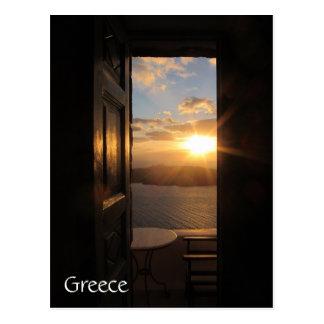 Puesta del sol de Santorini a través de la puerta Postal