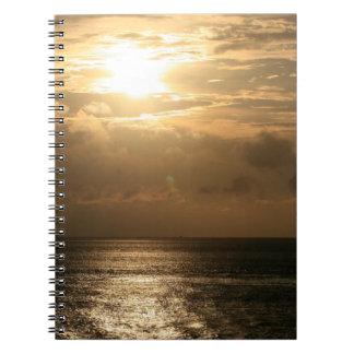 Puesta del sol del océano en sepia cuadernos