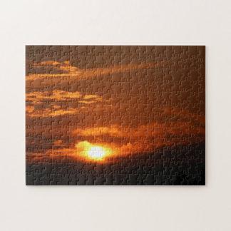 Puesta del sol en el rompecabezas de cabeza llana
