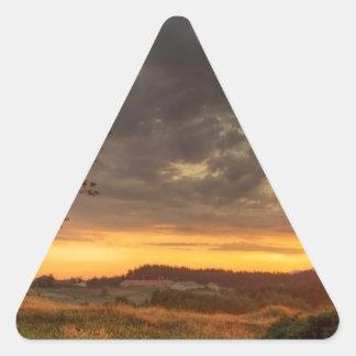 Puesta del sol en la naturaleza pegatina triangular