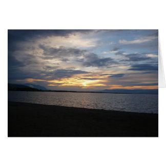 Puesta del sol en la orilla tarjeta de felicitación