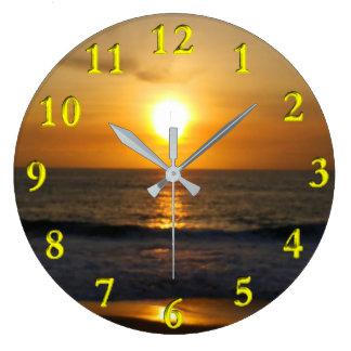 Puesta del sol en la playa reloj redondo grande