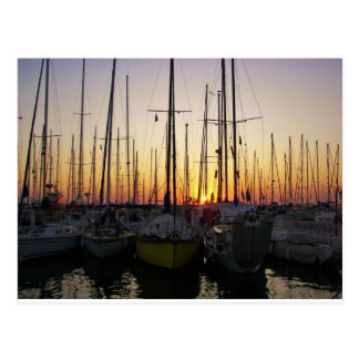 Puesta del sol en un puerto deportivo postal