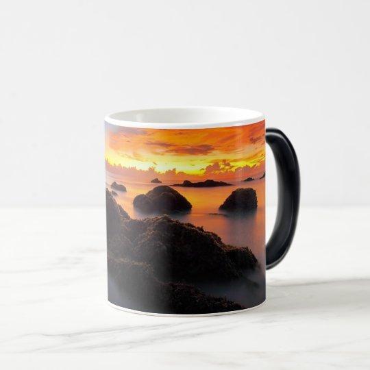 Puesta del sol hermosa sobre la taza de café del