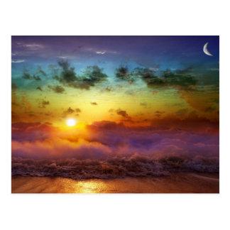 Puesta del sol imponente del arco iris postal