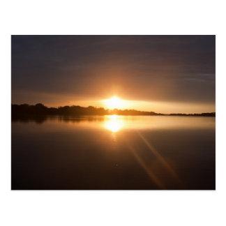 Puesta del sol sobre el río Zambezi - postal