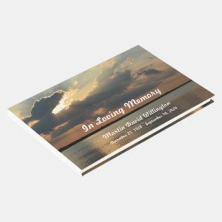 Puesta del sol sobre entierro del agua o el libro