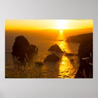 puesta del sol sobre la roca virginal con la póster