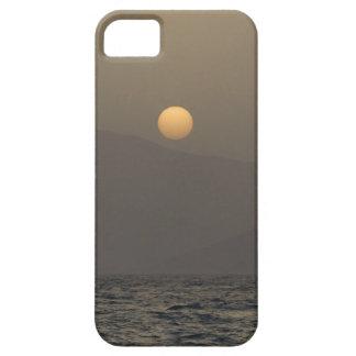Puesta del sol sobre las montañas de la isla de funda para iPhone SE/5/5s
