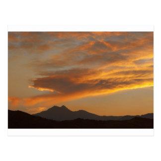 Puesta del sol sobre los picos gemelos postal