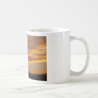 Puesta del sol sobre los picos gemelos taza clásica