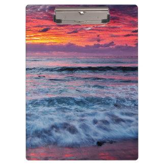 Puesta del sol sobre olas oceánicas, California
