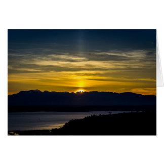 Puesta del sol sobre tarjeta de felicitación de