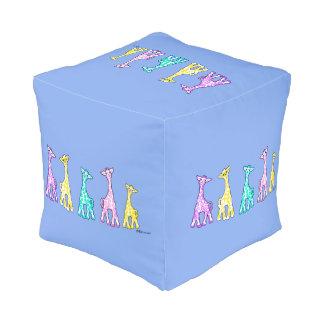 Puf Jirafas del bebé en un taburete del azul de la