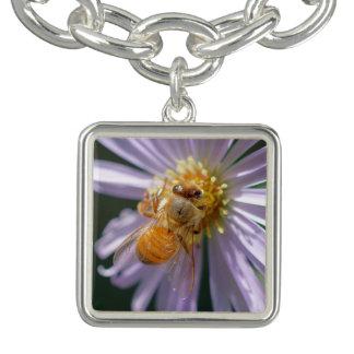 Pulsera Abeja del oro en una flor blanca