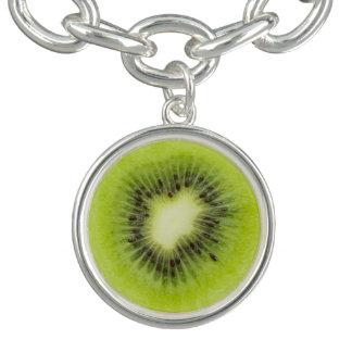 Pulsera Con Dije Fruta de kiwi fresca. Primer redondo de la