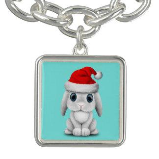 Pulseras Conejito blanco del bebé que lleva un gorra de