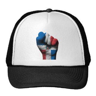Puño apretado aumentado con la bandera dominicana gorro