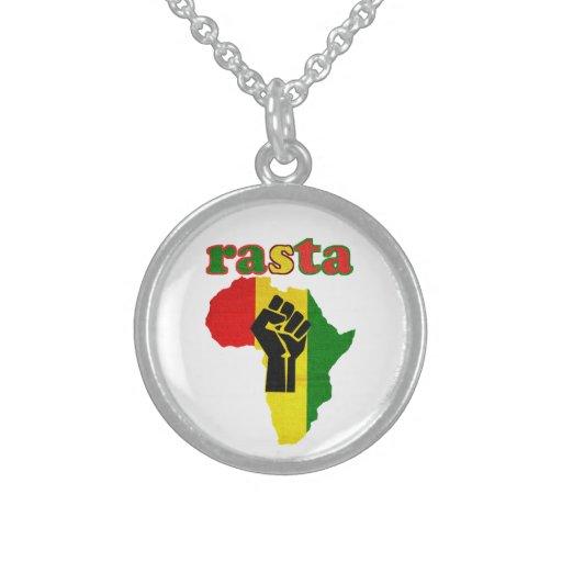 Puño del poder negro sobre el collar de África Ras