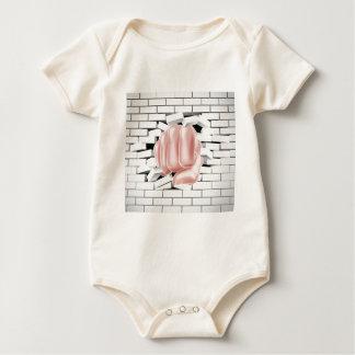 Puño que perfora a través de la pared de ladrillo body para bebé