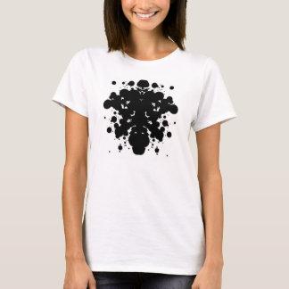 Punto negro Rorschach en la camiseta blanca