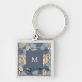 Puntos azules atractivos con el monograma del oro llavero
