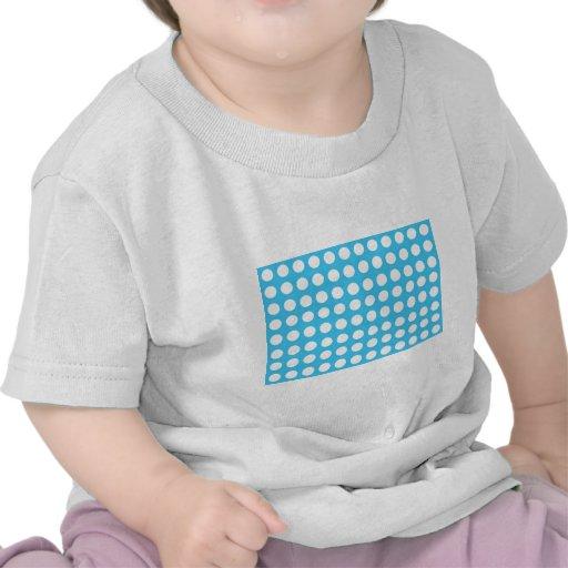 Puntos blancos en mediados de azul camiseta