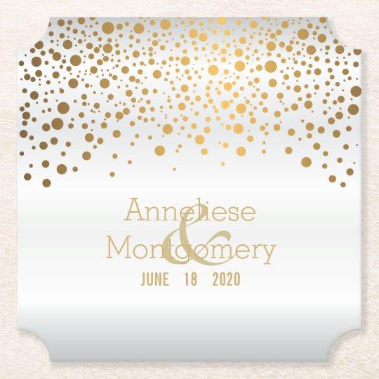 Puntos elegantes del confeti del oro en el satén posavasos de papel