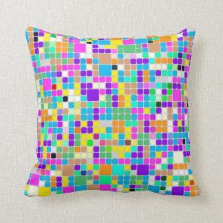 Puntos y almohada multicolores de las tejas