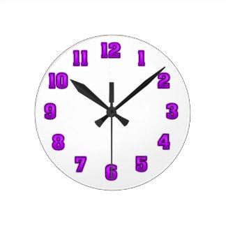 Púrpura en plantilla negra del reloj