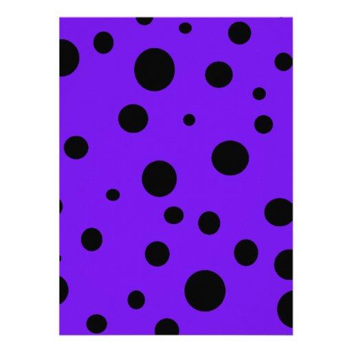 Púrpura violeta con los productos de lunares negro invitacion personalizada