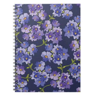 Púrpura y cuaderno floral del modelo del