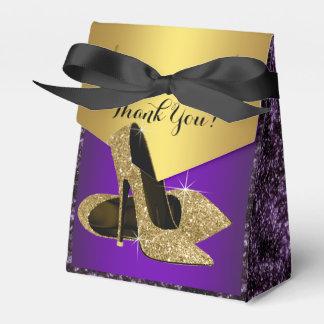 Púrpura y cumpleaños del zapato del tacón alto del caja de regalos