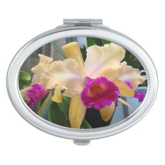Púrpura y espejo compacto de las orquídeas del