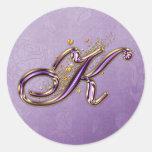 Púrpura y pegatina del monograma K del brillo del