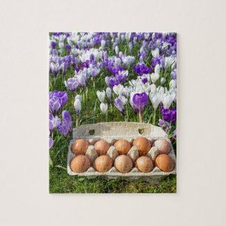 Puzzle Cartón de huevos con los huevos del pollo en