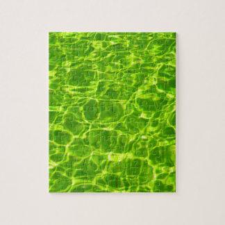 Puzzle El agua verde de neón modela moderno en blanco del