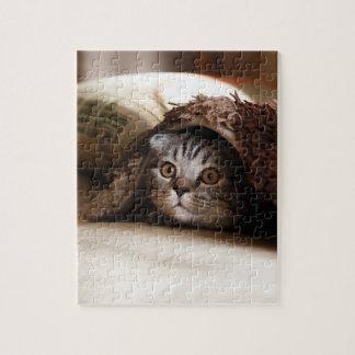 Puzzle Gatito lindo que mira del sofá