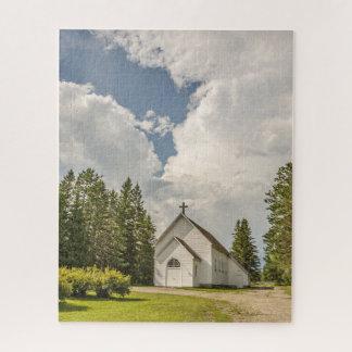 Puzzle Iglesia blanca rural con una cruz y nubes